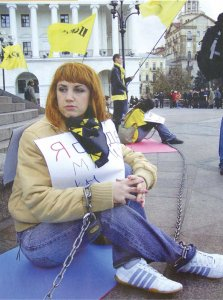 Youth protester chains herself to Independence Square during the 2004 Orange Rev
